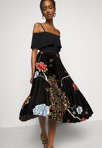 Victoria Victoria Beckham - PLEATED COLD SHOULDER RECYCLED DRESS - Denní šaty - jumbo black - 4