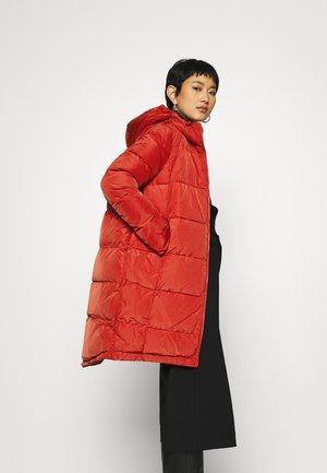 Kabát zprachového peří - bloody red