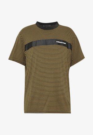 BRANDED TAPE STRIPE - T-shirts print - khaki