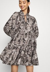 Vero Moda - VMKIRA TIE SHORT DRESS - Kjole - tornado/kira - 3