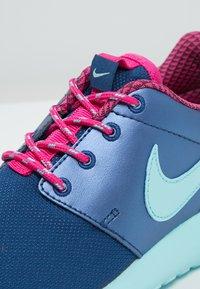 Nike Sportswear - ROSHE ONE - Baskets basses - insignia blue/copa/vivid pink - 5
