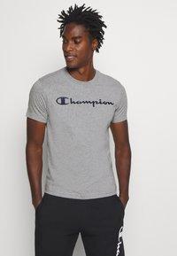 Champion - LEGACY CREWNECK - Printtipaita - dark grey - 0