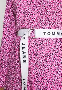 Tommy Jeans - PRINTED SHIRT DRESS - Korte jurk - pink daisy - 5