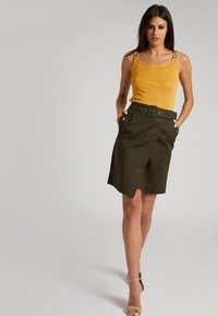 Morgan - WITH ORNAMENTS - Top - yellow - 1