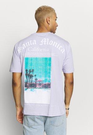 DEST BACK PRINT TEE - Print T-shirt - lilac
