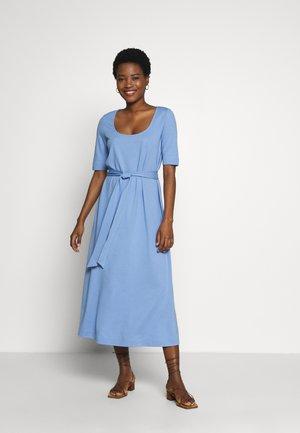 DRESS WITH CARREE NECK - Vestito di maglina - dreamy blue