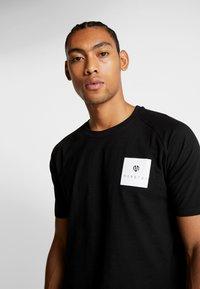 MOROTAI - PREMIUM BLOCK LOGO  - Print T-shirt - black - 3