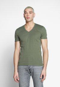 G-Star - BASE V-NECK T S/S 2-PACK - T-shirt basic - oliv - 2