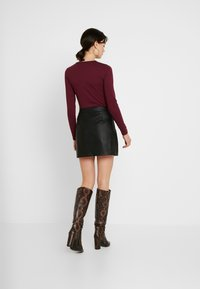 Missguided - BUTTON UP NECK LONG SLEEVED BODYSUIT 2 PACK - Long sleeved top - camel/burgundy - 3