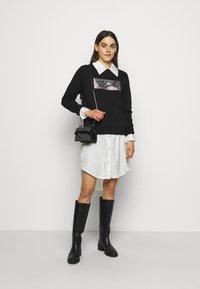 KARL LAGERFELD - RHINESTONE SIGNATURE - Sweatshirt - black - 1