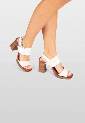 PETRA - Sandalen met plateauzool - white