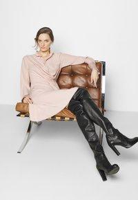 Victoria Victoria Beckham - DRAPED FLUID CADY MINI DRESS - Denní šaty - petal pink - 3