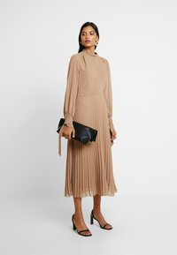 IVY & OAK - PLEATED DRESS - Kjole - brown - 2