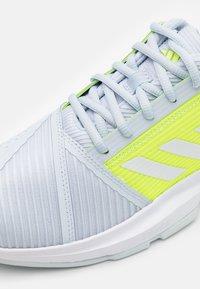 adidas Performance - COURTJAM BOUNCE - Tennisschoenen voor alle ondergronden - half blue/footwear white/solar yellow - 5