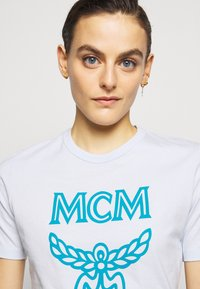 MCM - CLASSIC CREW - Print T-shirt - light blue - 4
