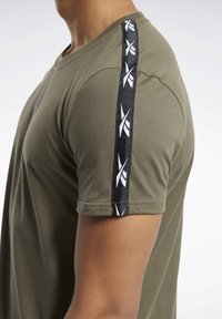 Reebok - TAPE TEE - T-shirt imprimé - army green - 5