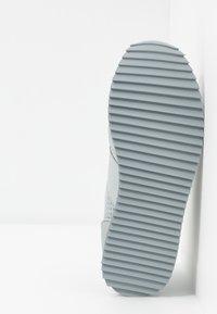 EA7 Emporio Armani - UNISEX - Sneakers basse - grey - 4