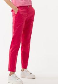 BRAX - STYLE MARON - Trousers - papaya - 0