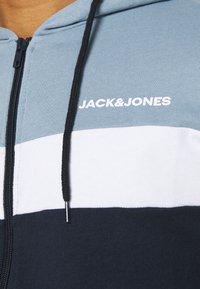 Jack & Jones - JJSHAKE ZIP HOOD - Huvtröja med dragkedja - navy blazer - 5