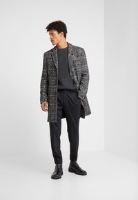 KARL LAGERFELD - TROUSERS CHASE - Trousers - black - 1