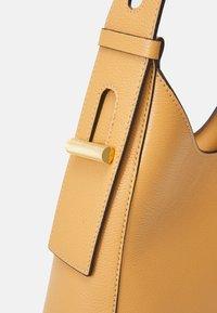 Coccinelle - FEDRA - Velká kabelka - warm beige - 4