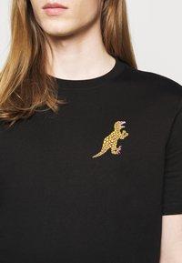 PS Paul Smith - MENS REG FIT DINO SMALL - Print T-shirt - black - 4