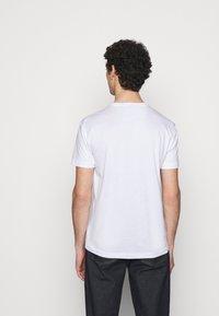 EA7 Emporio Armani - Print T-shirt - white/gold - 2