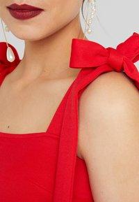 True Violet Maternity - PLUNGE BACK SKATER DRESS WITH BOW DETAIL - Sukienka z dżerseju - red - 6