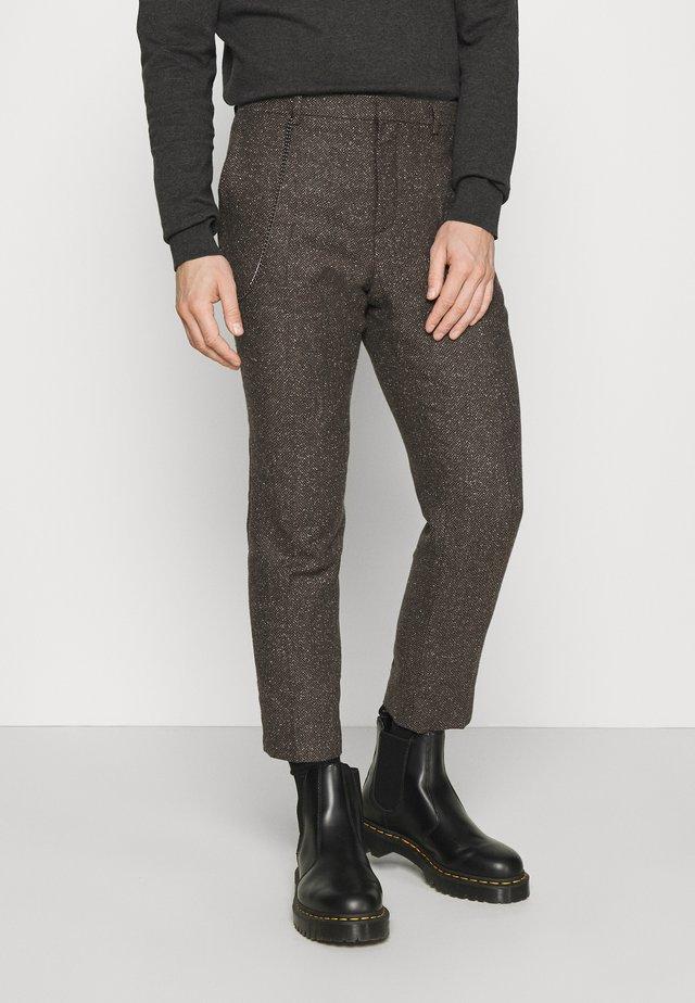 STANLEY TROUSER - Pantalones - brown