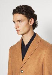 Isaac Dewhirst - Classic coat - camel - 3