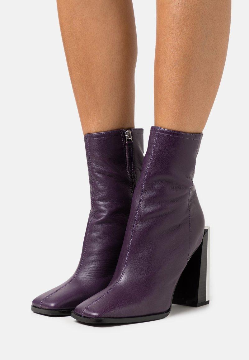 Topshop - HOMER SQUARE TOE HARDWARE BOOT - Bottines - purple