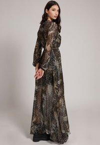 Guess - Maxi dress - mehrfarbig braun - 1