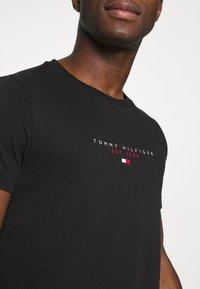 Tommy Hilfiger - ESSENTIAL - T-shirt z nadrukiem - black - 5