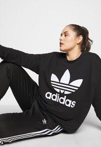 adidas Originals - CREW - Mikina - black/white - 5