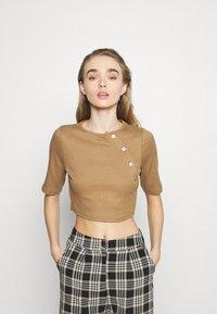 Fashion Union - JODI - T-shirts med print - brown - 0