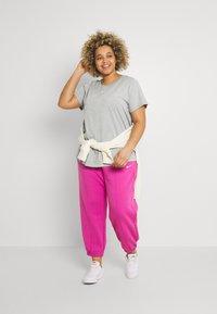 Nike Sportswear - TEE PLUS - Basic T-shirt - grey heather - 1
