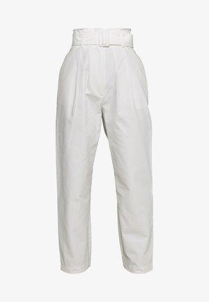 BUCKLE BELTED PEG TROUSER - Kalhoty - white