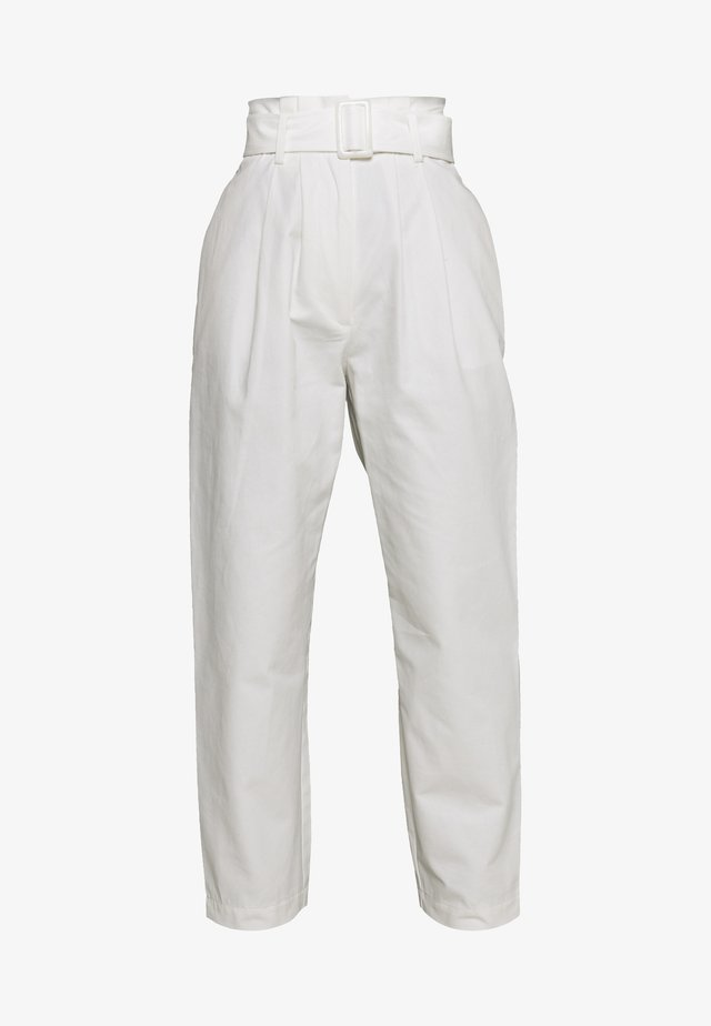 BUCKLE BELTED PEG TROUSER - Pantalon classique - white