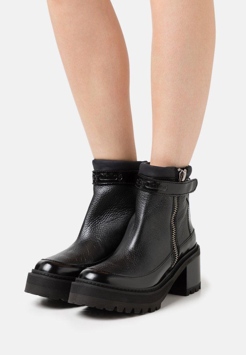 See by Chloé - Kotníkové boty na platformě - black