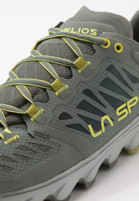 La Sportiva - HELIOS III - Trail running shoes - clay/citrus - 5
