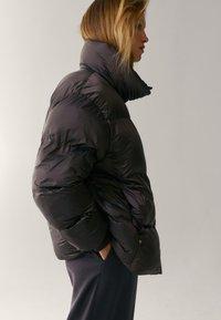 Massimo Dutti - OVERSIZE-STEPPJACKE - Winter jacket - brown - 3