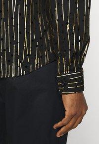 Twisted Tailor - SAGRADA SHIRT - Camicia - black/gold - 4
