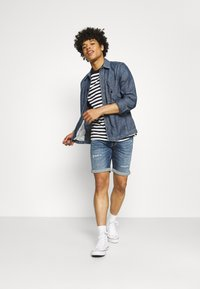Jack & Jones - JJIRICK JJICON  - Denim shorts - blue denim - 1