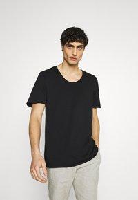 Selected Homme - SLHWYATT O NECK TEE  - T-shirt - bas - black - 0