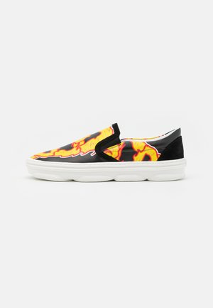 FLAMES HYDRA SLIPON - Tenisky - black/yellow