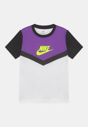 FUTURA CHEVRON - T-shirt z nadrukiem - wild berry