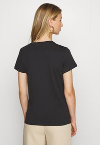 Levi's® - THE PERFECT TEE - T-shirt z nadrukiem - black - 2