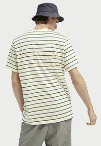 Scotch & Soda - T-shirt med print - light yellow - 2