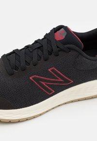 New Balance - ARISHI RUN - Nøytrale løpesko - black - 5