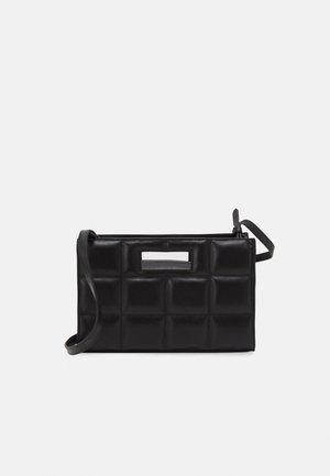 THE QUILTED BAG SMALL - Håndveske - black